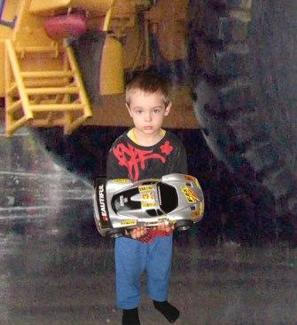 Сделайте сына га другом фоне... с большой красивой машиной... спасибо.
